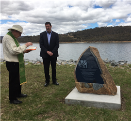 Shannon with the monument at Lake Jindabyne.